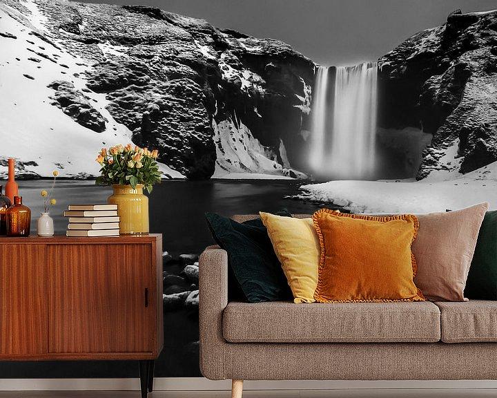 Sfeerimpressie behang: Skogafoss waterval, Ijsland in zwart-wit van Sander Meertins