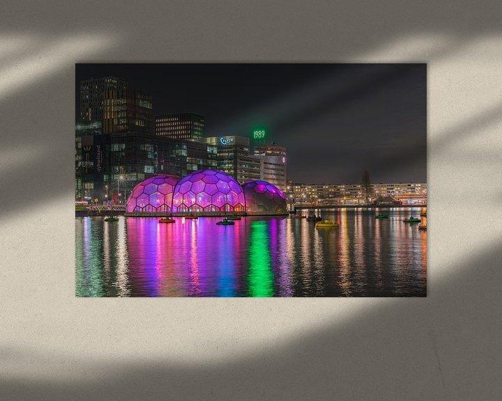 Sfeerimpressie: Paviljoen Rijnhaven in de avond sfeervol verlicht van Leo Luijten