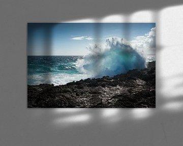 Große Welle, die an der Küste zusammenstößt von Pieter Tel