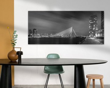 Avondfoto Erasmusbrug vanaf Kop van Zuid in zwart-wit von Mark De Rooij