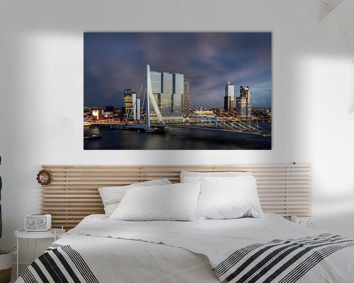 Sfeerimpressie: Rotterdam Erasmusbrug bij avond van Leon van der Velden