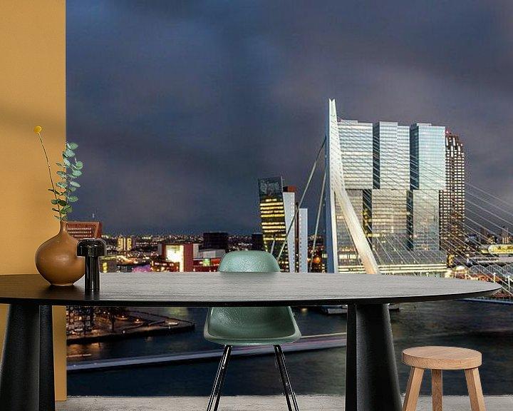 Sfeerimpressie behang: Rotterdam Erasmusbrug bij avond van Leon van der Velden
