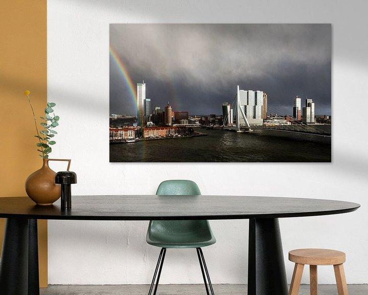 Sfeerimpressie: Regenboog Erasmusbrug Rotterdam van Leon van der Velden