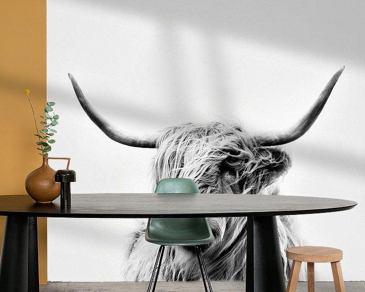 Sfeerimpressie behang: portrait of a highland cow van Dorit Fuhg