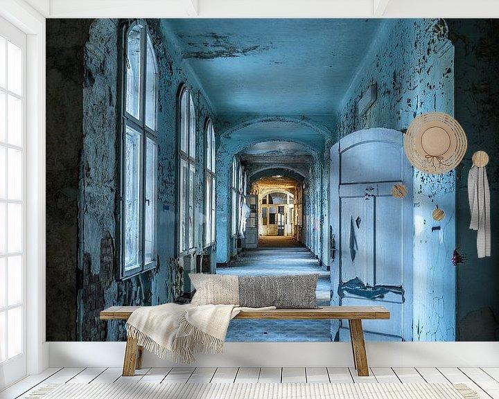 Sfeerimpressie behang: Blauwe gang met deuren en ramen van Inge van den Brande