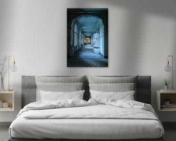 Blauer Korridor mit Türen und Fenstern von Inge van den Brande