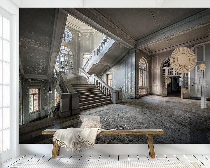 Sfeerimpressie behang: Hal met trap van Inge van den Brande