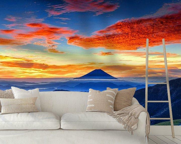 Sfeerimpressie behang: Zonsopgang met rode wolken bij Mount Fuji, Japan van Roger VDB