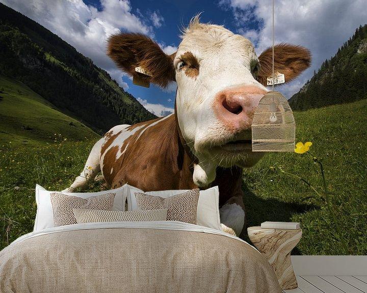 Impression: Une vache sent une fleur sur Cynthia Hasenbos
