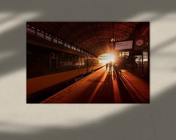 Zonsondergang op treinstation Hollands Spoor in Den Haag van Rob Kints