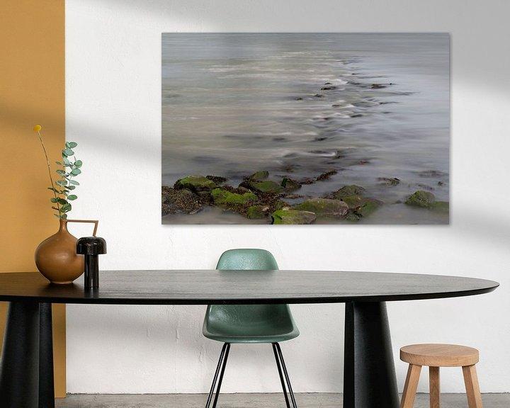 Sfeerimpressie: Stromend water over stenen in een rivier van Leo Luijten