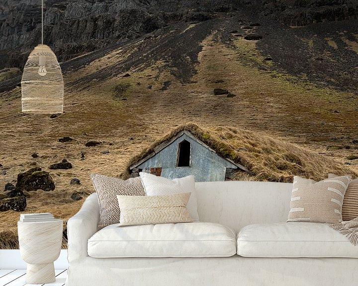 Sfeerimpressie behang: House covered in grass van Remco van Adrichem