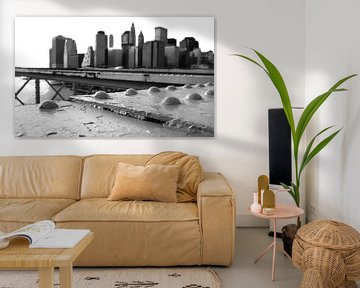 skyline NYC van Brooklyn Bridge in B/W van Rik Engelgeer