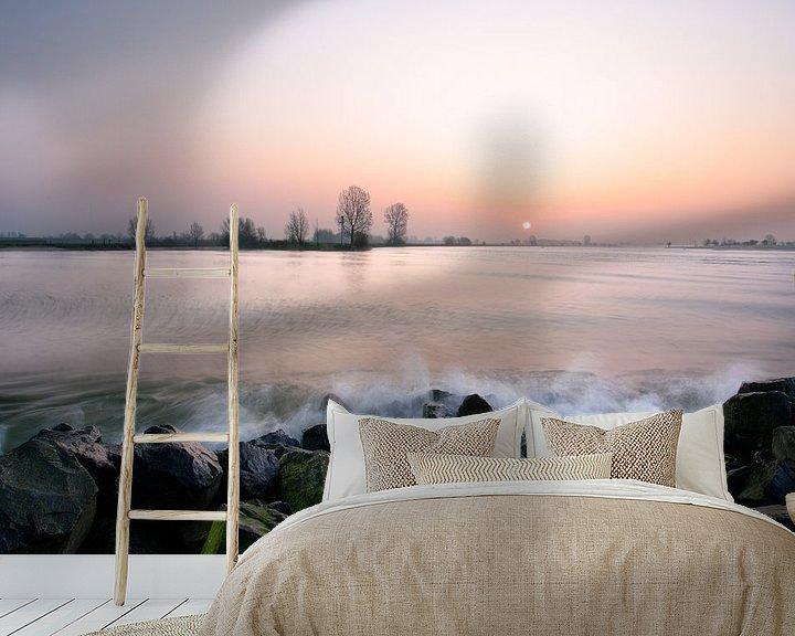 Sfeerimpressie behang: Golfslag aan de rivier de Lek van Mark Leeman