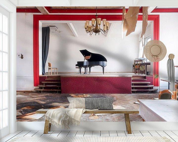 Sfeerimpressie behang: Verlaten Piano in Hotel. van Roman Robroek
