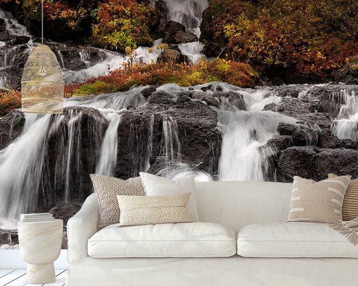 Sfeerimpressie behang: Herfstkleuren bij Hraunfossar waterval van Stephan van Krimpen