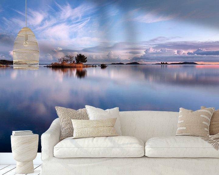 Sfeerimpressie behang: Weerspiegeling in de zee van Mark Leeman