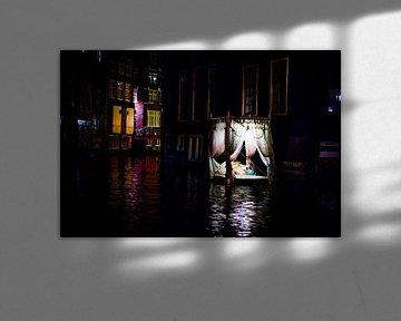 Floating-Himmelbett in den Amsterdamer Grachten von Wouter Loeve