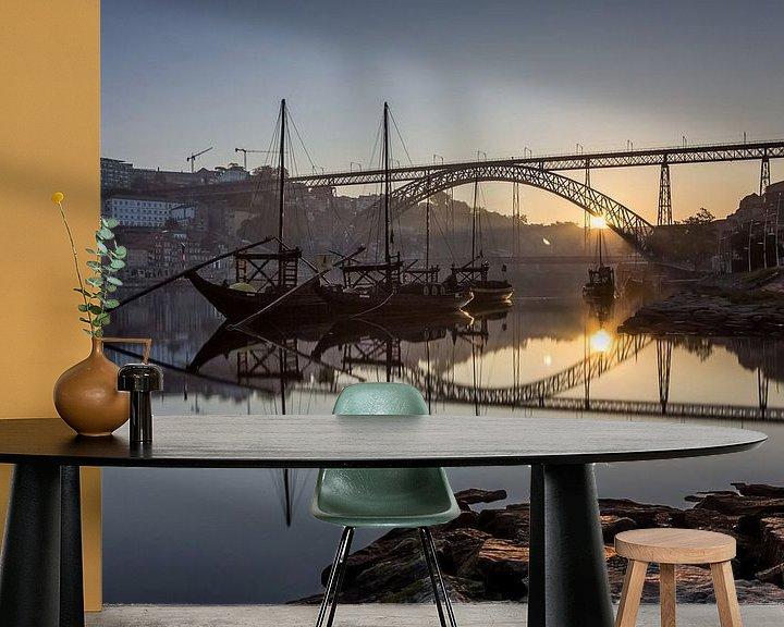 Sfeerimpressie behang: Zonsopkomst aan de Ponte Dom Luís 1 brug van Steve Mestdagh