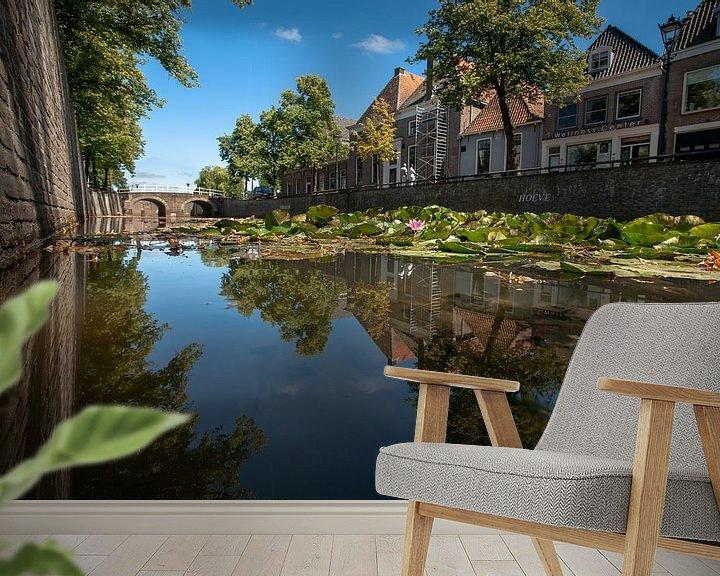 Sfeerimpressie behang: Sfeervolle stadsgracht in oude Hanzestad Kampen van Fotografiecor .nl
