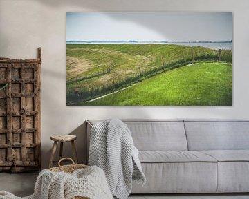 Nederlands landschap met dijk, water en polder van Fotografiecor .nl