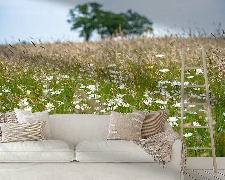Sfeerimpressie behang: Bloeiende veldbloemen en grassen van Fotografiecor .nl