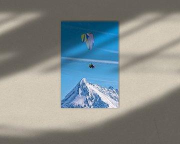 Gleitschirmfliegen über die schneebedeckte Berggipfel von Christa Thieme-Krus