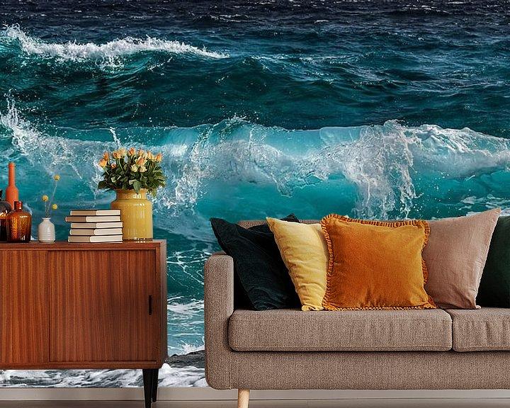 Sfeerimpressie behang: Azuurblauwe golfslag in de zee van Roger VDB