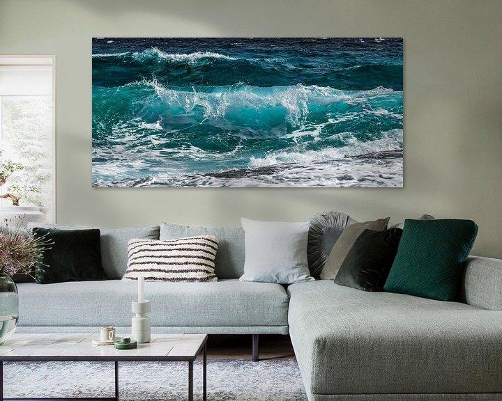Sfeerimpressie: Azuurblauwe golfslag in de zee van Roger VDB