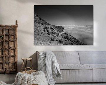 Zeemist aan de kust langs de weg naar Olympos, Karpathos, Griekenland van Peter Baak