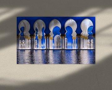 Blauwe en witte bogen in de Sheikh Zayed moskee van Abu Dhabi van Rene Siebring