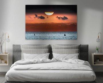 Zonsondergang boven het Wad met een wolkenband. van Harrie Muis