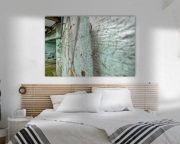 Verwitterte alte Betonmauer mit Schalenfarbe von Fotografiecor .nl
