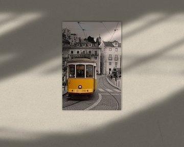 Eine Straßenbahn in der Innenstadt von Lissabon von Gerard Van Delft