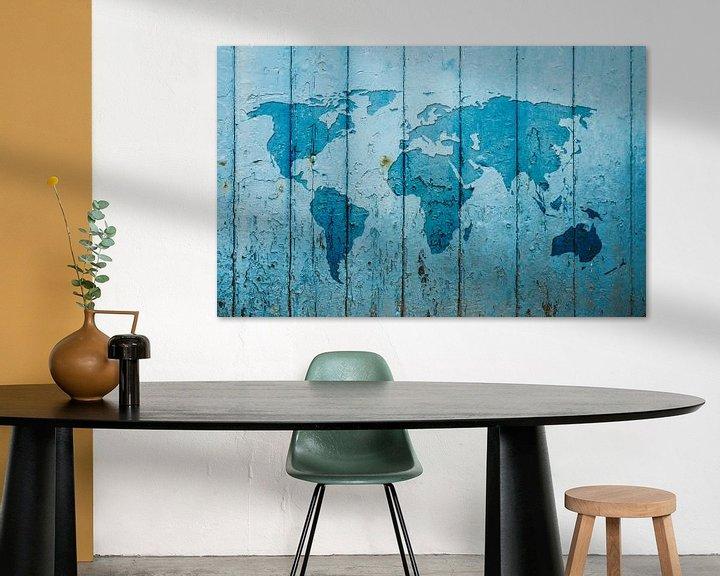 Sfeerimpressie: Wereldkaart op blauw verweerd hout van Wereldkaarten.Shop