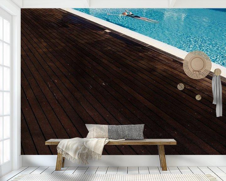 Sfeerimpressie behang: Relaxen in het zwembad: Laat alle zorgen varen. van Paul Teixeira