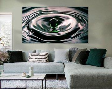 Waterdruppel hangt boven het water van Fotografiecor .nl