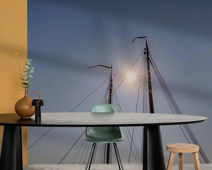Sfeerimpressie behang: Zonsondergang tussen de masten van twee schepen in. van Harrie Muis