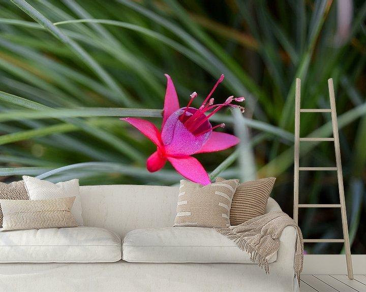 Sfeerimpressie behang: Fuchsia bloem van Carina Diehl