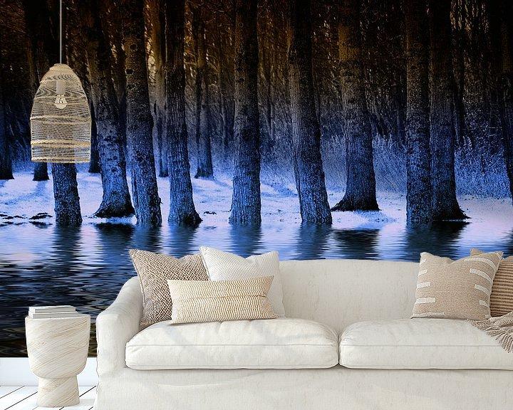 Sfeerimpressie behang: Blauwe waterbos van ZEVNOV .