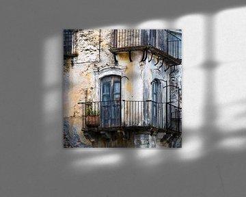 Mittelalterliche Fassade in Forza d'Agro auf der Insel Sizilien von Silva Wischeropp