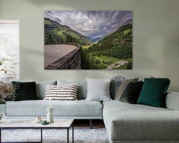 Bergpas bocht met super mooi uitzicht op de bergen. van Sasja van der Grinten