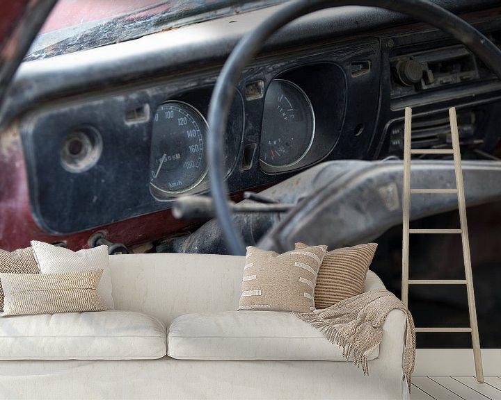 Sfeerimpressie behang: Het dashboard van een verlaten oldtimer Mazda van Paul Wendels