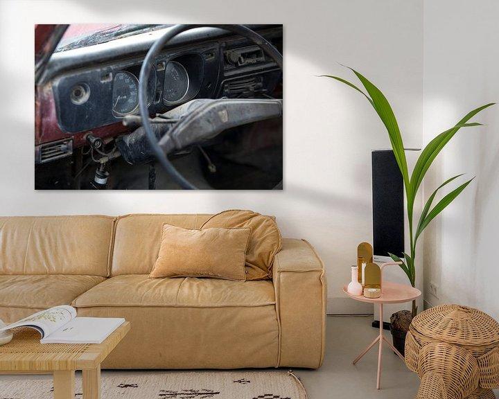Sfeerimpressie: Het dashboard van een verlaten oldtimer Mazda van Paul Wendels