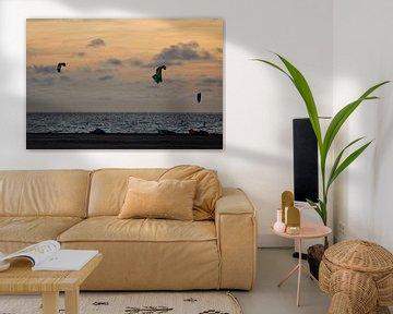 Kitesurfers bij zonsondergang