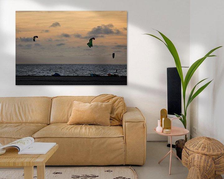Sfeerimpressie: Kitesurfers bij zonsondergang van Miranda van Hulst