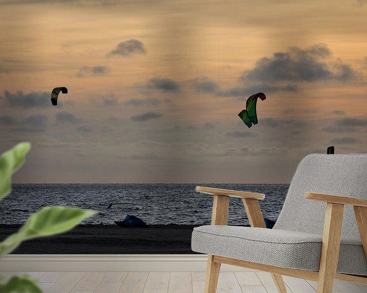 Sfeerimpressie behang: Kitesurfers bij zonsondergang van Miranda van Hulst