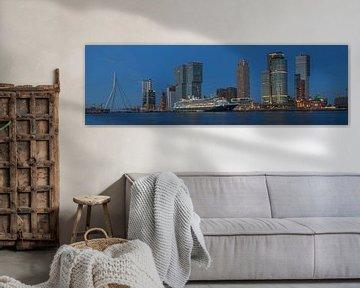 Panorama foto van de Rotterdamse skyline met de Erasmusbrug, de Kop van Zuid en het cruiseschip MS R