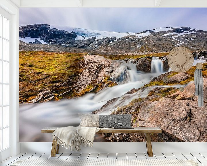 Sfeerimpressie behang: Waterval bij de Geiranger Gletsjer in Noorwegen van Wouter Loeve