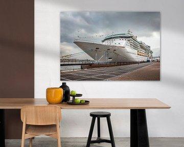 Passagiersschip aan de kade in Amsterdam van John Kreukniet